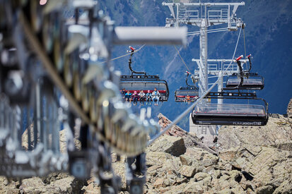 Holidaymakers reach with the cable cars of Ischgl the stunning mountain landscape